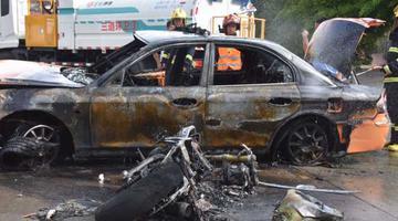 保亭一出租车与摩托车相撞起火