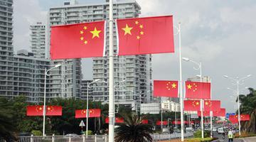 三亚道路两旁悬挂国旗迎国庆