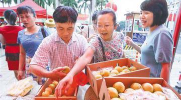 文昌:扶贫大集市 产品卖得快