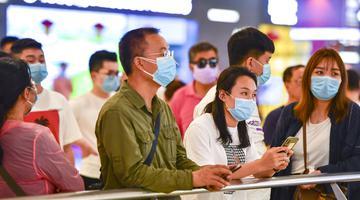 海南:民众戴口罩出行加强防护