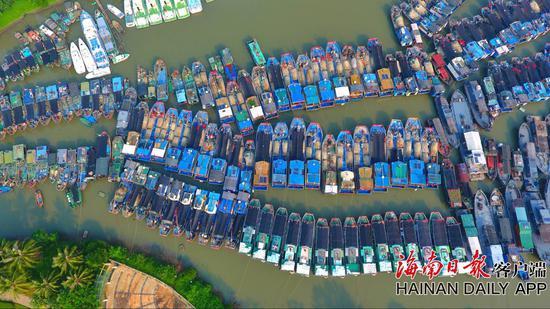 图为靠岸停泊的船只。