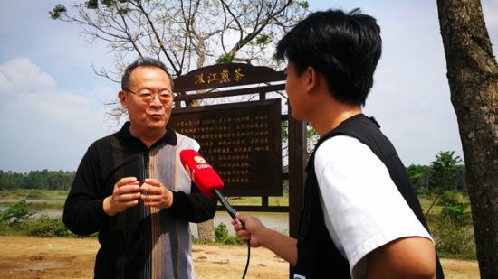 儋州广播电视台现场采访李公羽。