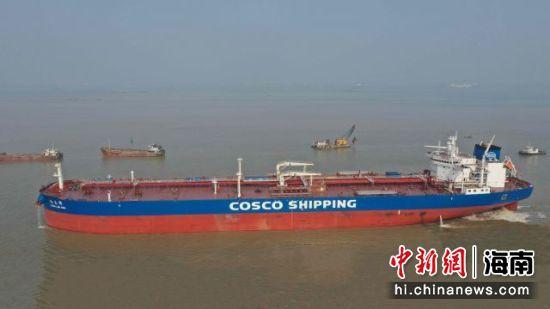 """10.99万吨级油轮""""远兰湾""""轮。洋浦经济开发区供图"""