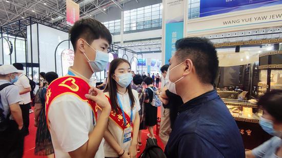 """用志愿服务点亮青春  """"小椰青""""消博会上展风采"""