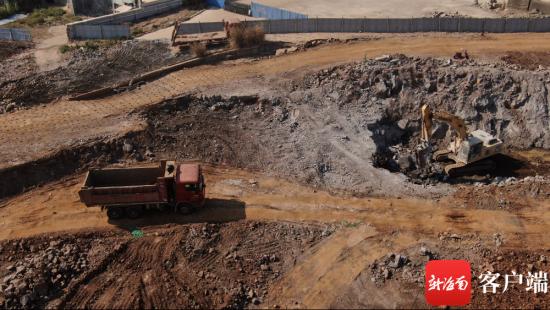椰海大道上路基挖掘铺设。记者 汪承贤 摄