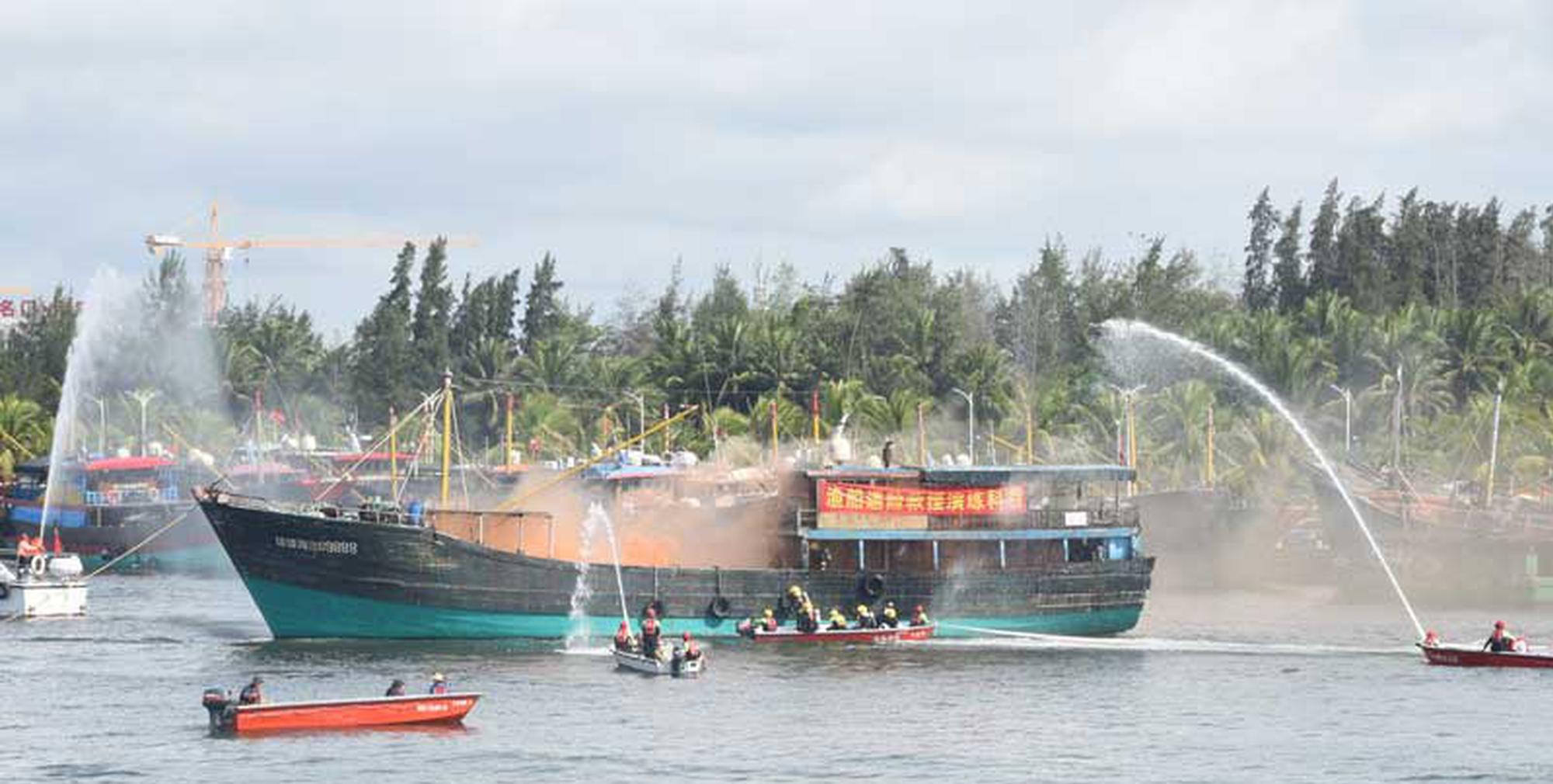 海南省消防总队举行水域救援综合实战演练