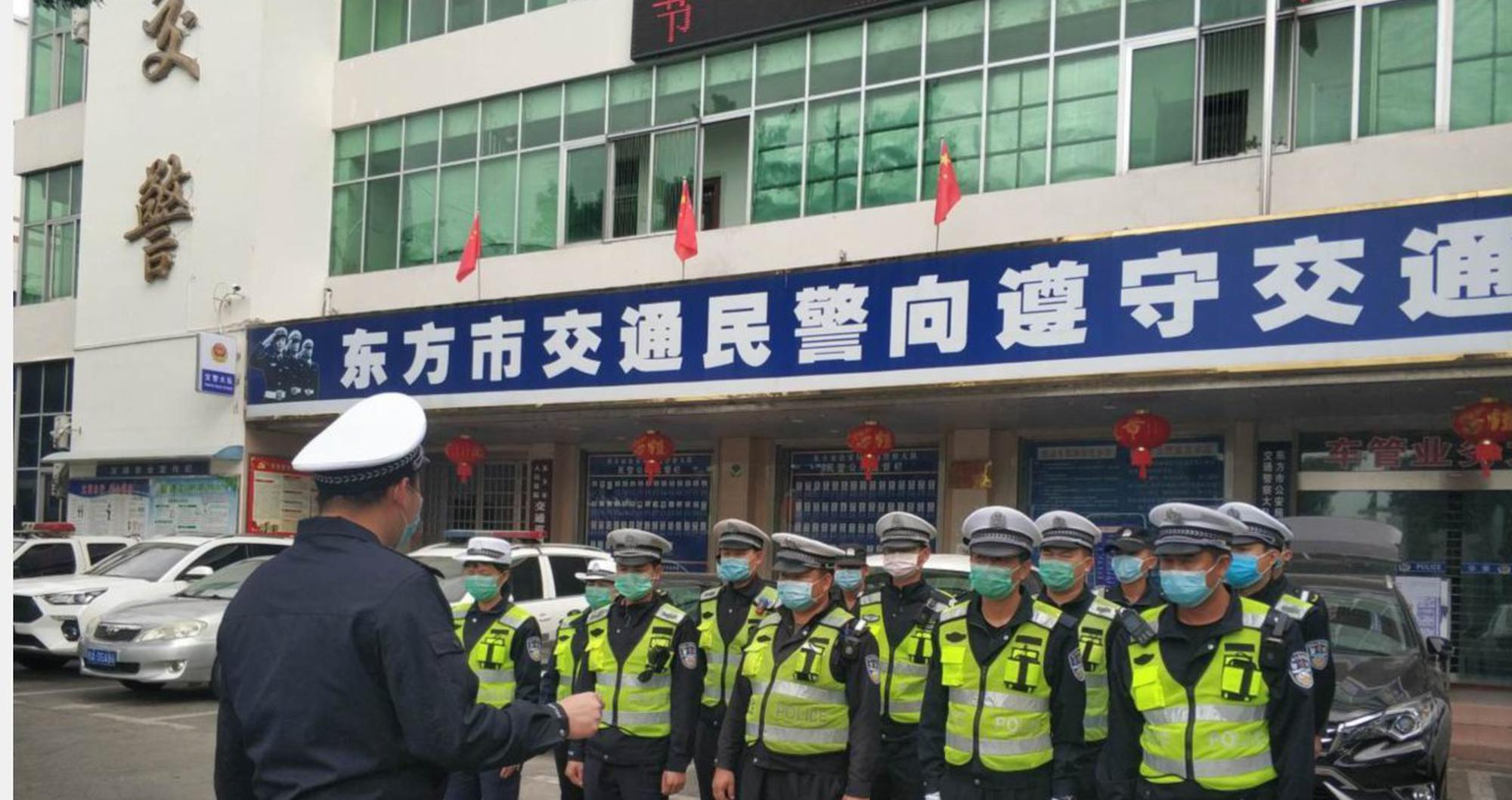 """阻击疫情、交通整治两不误东方交警全力以赴抗""""疫""""保安畅"""