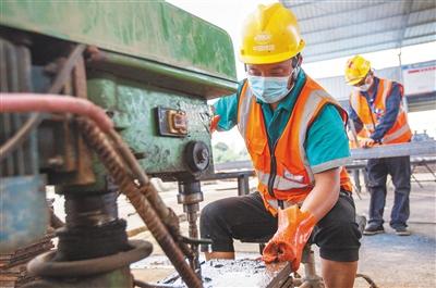 日前,在山海高速南田隧道工程现场,施工人员正在加工预制构件。该项目目前进场施工人员超过400人,达到满负荷施工状态。 本报记者 武威 摄