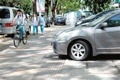 10月15日中午,河东路海南中学三亚学校附近,一辆小车没按规定停放到位,车头正好挡住了盲道。