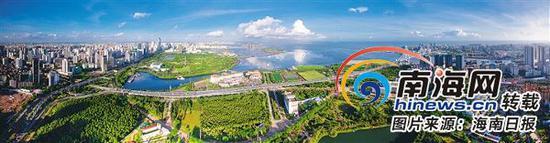 高空鸟瞰海口湾,万绿园、世纪公园、滨海公园三园合一,美不胜收。本报记者李幸璜摄