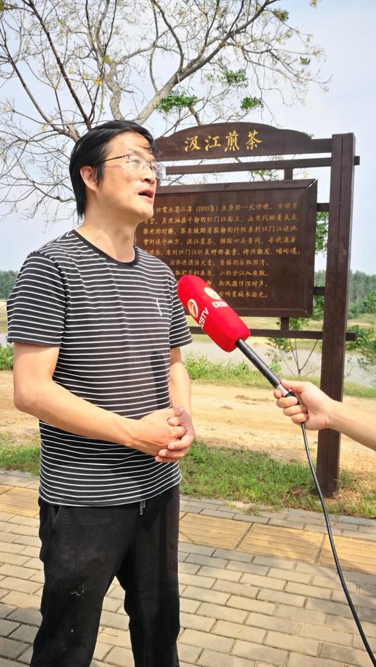 儋州广播电视台现场采访张国文。