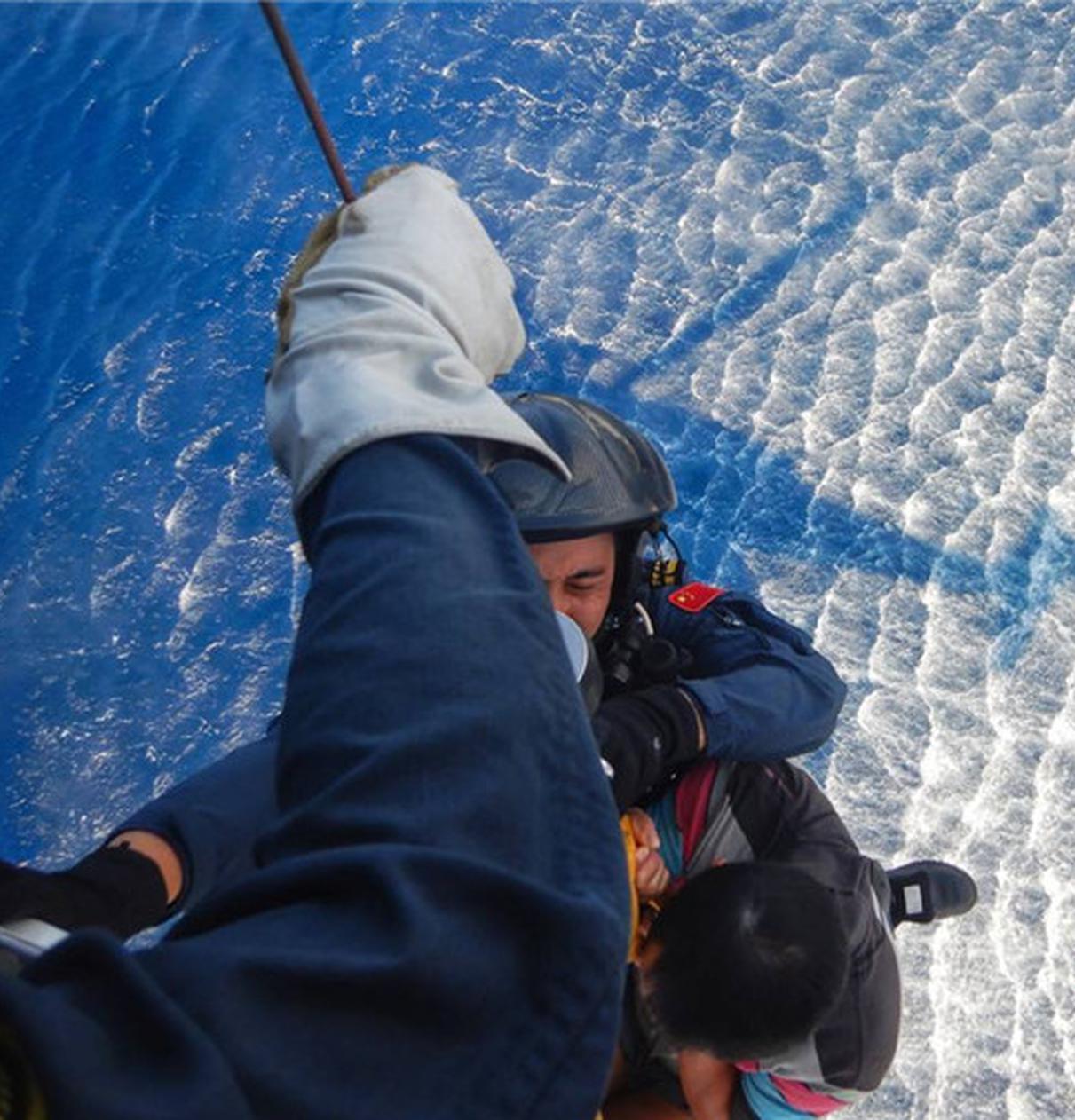 南海第一救助飞行队在西沙海域救助1名突发急病广东渔民
