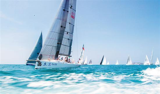 海帆赛的船队在三亚附近海域进行场地赛。本报记者武威摄