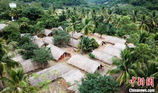 图为海南省东方市江边乡白查村黎族船型屋,该村已于2009年整体搬迁新居,该村整村保存的黎族船型屋已成为海南省文物保护单位。 林士杰 摄