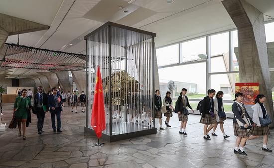 中国国旗与大力神装置在联合国教科文组织总部大楼格外显眼
