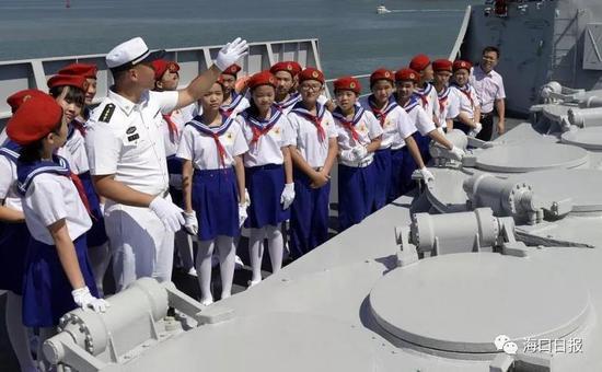 """舰艇官兵向同学们介绍""""海口舰的一些功能"""