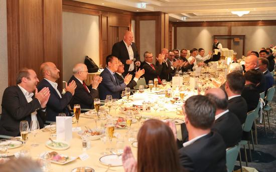 Magna集团VP Drobnak Klaus畅谈合作愿景并表示,恒大过去取得举世瞩目的发展成就,我们对未来合作充满信心,相信精诚合作一定把事业做成功