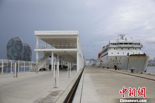 三亚凤凰岛二期填岛主体工程已于2016年完成,已经建成两个15万吨级的邮轮泊位。 王晓斌 摄