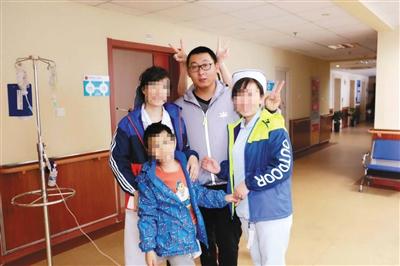刘建(右二)曾到医院看望患者。受访者供图