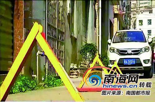设在路边的三角型地锁给行车和行人造成困扰。