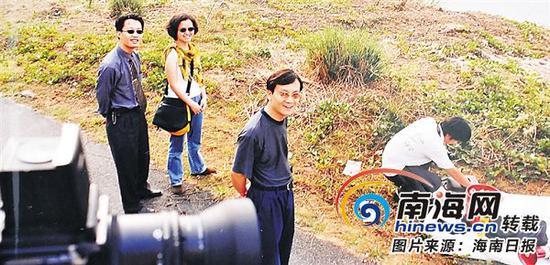 二十世纪九十年代,刘文军(中)在海口的摄制现场。(受访者提供)