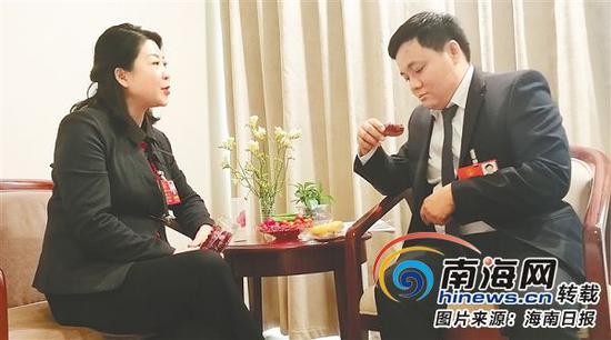 杨莹(左)向陈飘介绍玫瑰花茶。本报特派记者李磊摄