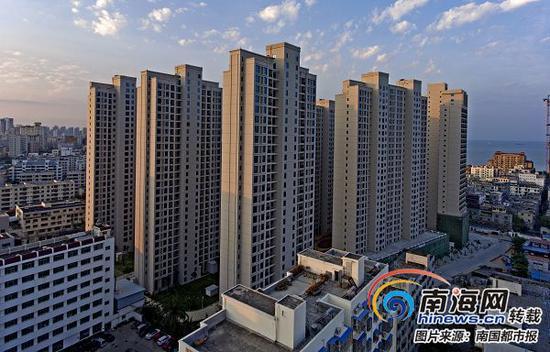 三亚食品厂的安置小区楼高28层,十分显眼。