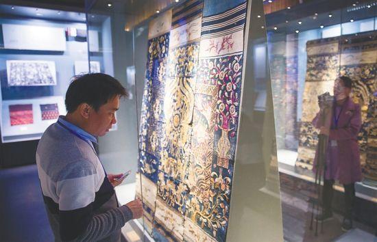二月十一日,省民族博物馆,观众在观看黎锦。 记者 宋国强 摄