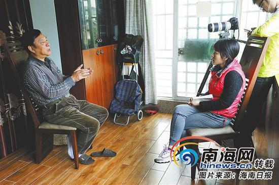 晓剑(左)接受海报集团全媒体中心记者采访。海报集团全媒体中心记者陈望摄