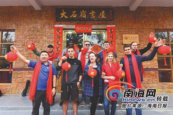 2月10日,外国游客在大石岭村感受到了浓浓的年味。金沙国际平台日报记者 袁琛 摄