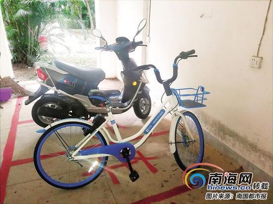 单车停在楼道里了。 (1月12日,拍摄于万泉河家园小区)