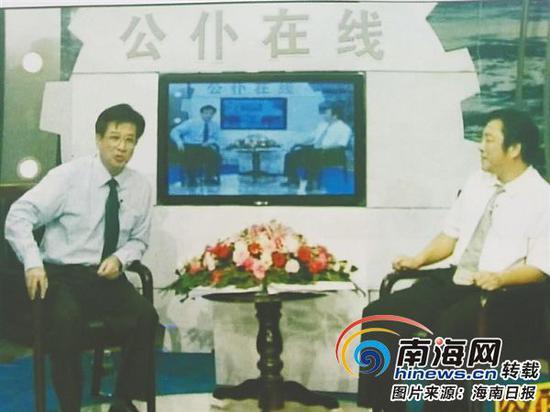 晓剑(右)主持时政访谈节目《公仆在线》。