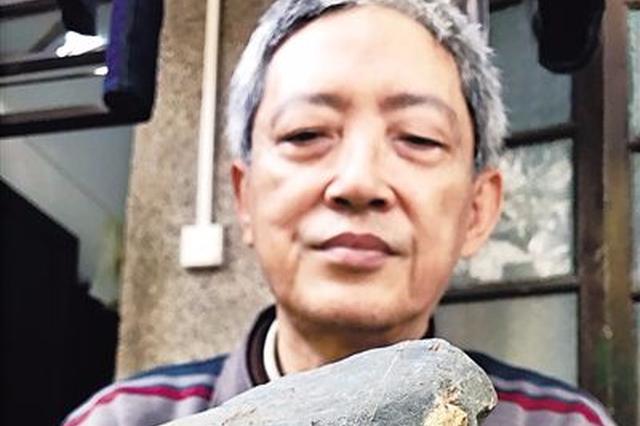 海口一市民捡到一颗奇石 图案酷似孙悟空和唐僧