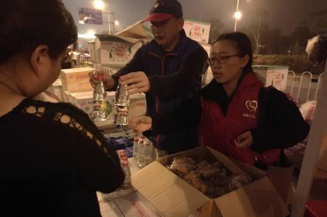 海南义工持续60小时提供服务 温暖滞留旅客回家路