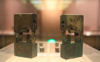 襄阳现千年连心锁 两锁出土于双棺之间