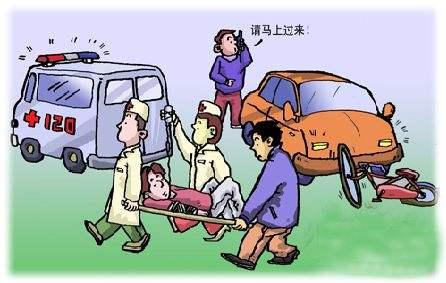 武汉一十字路口三车相撞 路人拉开车门救出两人