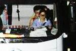 惊险!女子湖北高速上坐老公大腿无证驾驶(图)