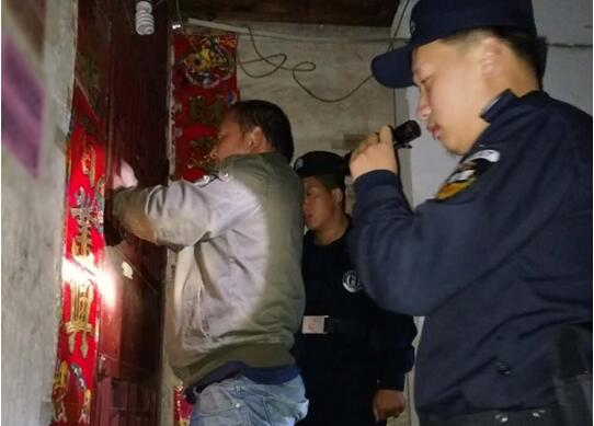 黄冈一妈妈误将幼女锁家中 民警全城寻开锁师傅开门