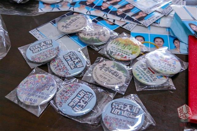 武汉一大学辅导员自费为毕业生定制专属徽章