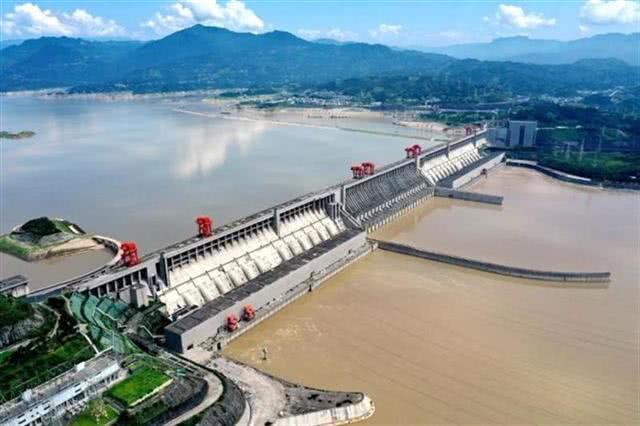 三峡水库迎今年最大洪水 8127名干部群众上堤