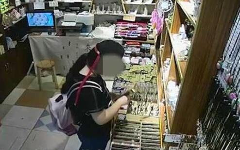 武汉一年轻女子偷走商店发簪 得手后还不忘整理柜台