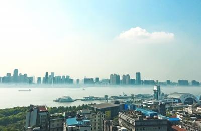 盛夏长江罕见起雾 两岸高楼如空中阁楼