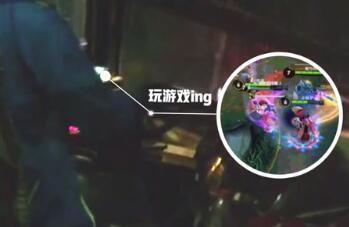 武汉一客车司机边开车边打游戏