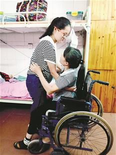 襄阳18岁女孩抱着妈妈上大学 学校专门为她改造宿舍