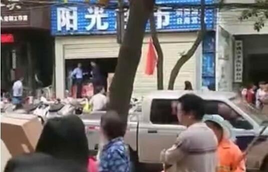 男子借电话不成砸死孝感一超市老板娘 已被警方抓获