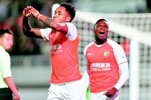 武汉卓尔主场2比1逆转深圳佳兆业 新赛季首登榜首