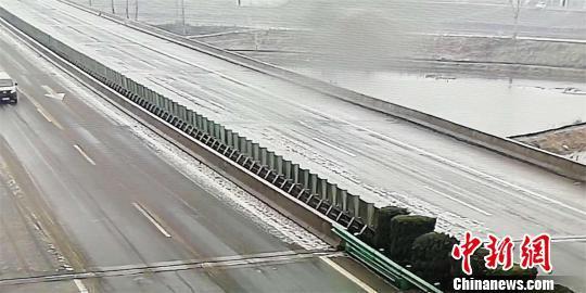 2月10日,沪蓉高速东西湖至天门桥面结冰严重 刘利 摄