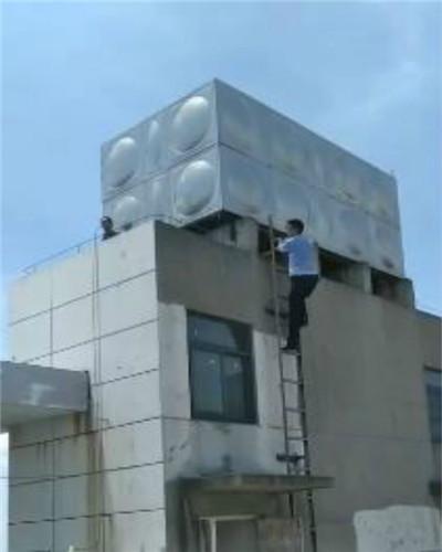 民警爬上顶楼平台救女子 通讯员 杨娇 摄