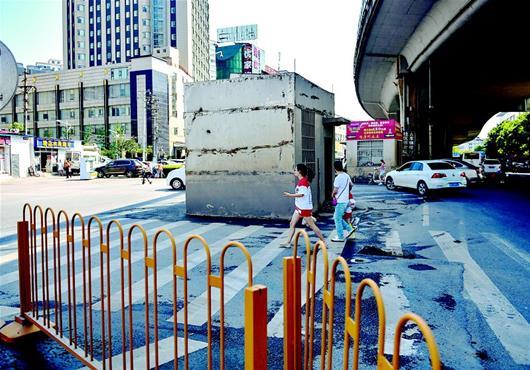 图为三间扳道房杵在路中间 楚天都市报记者刘中灿摄