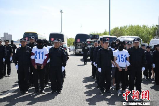 25日下午,162名涉嫌电信网络诈骗犯罪嫌疑人从广州被押解至长春 张瑶 摄